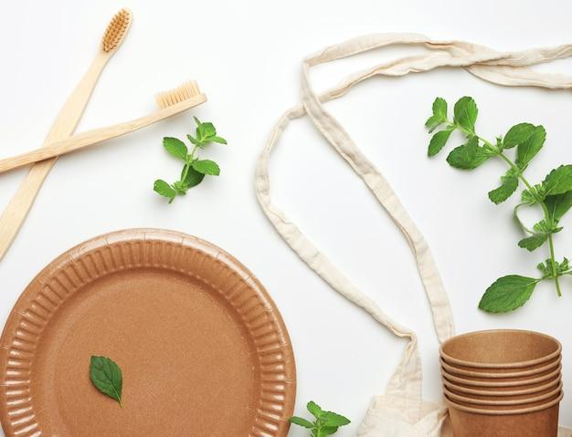 갈색 공예 종이와 민트 잎으로 만든 섬유 가방 및 일회용 식기
