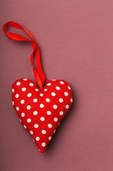 Текстильное сердце в белый горошек, красный цвет, лента, валентинка, место для текста, светло-бордовый, love conten