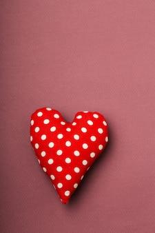 白い水玉模様のテキスタイルハート、赤、バレンタイン、テキストの場所、明るいブルゴーニュ、愛のコンテンツ