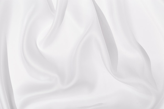 Текстильная льняная скатерть белого цвета с красивыми складками. поверхность ткани как фон.