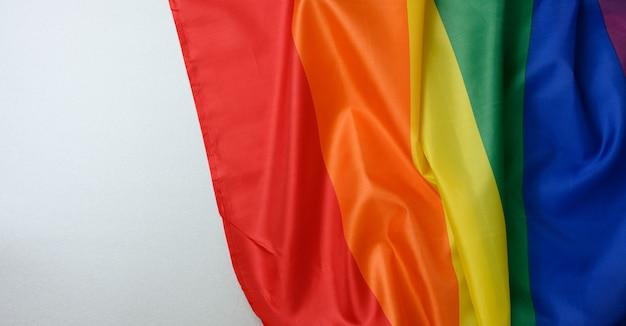 波のあるテキスタイルレインボーフラッグ、レズビアン、ゲイ、バイセクシュアル、トランスジェンダーの人々の選択の自由の象徴、lgbt文化、コピースペース、バナー