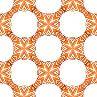 テキスタイル対応の恍惚としたプリント、水着生地、壁紙、ラッピング。オレンジ色の見た目が自由奔放に生きるシックな夏のデザイン。シェブロン水彩パターン。緑の幾何学的なシェブロン水彩ボーダー。