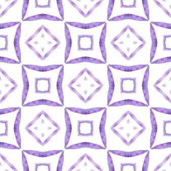 テキスタイル対応の見事なプリント、水着生地、壁紙、ラッピング。紫の素晴らしい自由奔放に生きるシックな夏のデザイン。タイルの境界線を繰り返す水彩画の絣。イカット繰り返し水着デザイン。