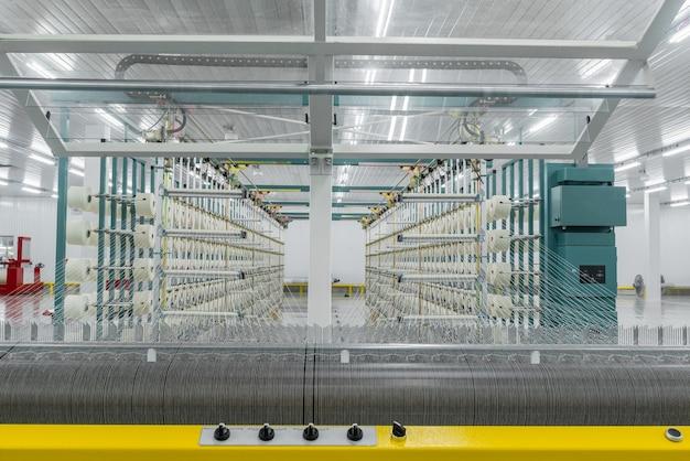 Текстильная пряжа на оберточной машине навинчивается на большой вал оборудование текстильной фабрики