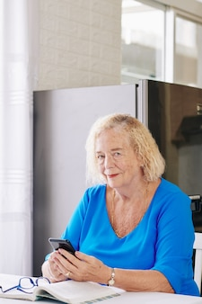 Текстовая пожилая женщина
