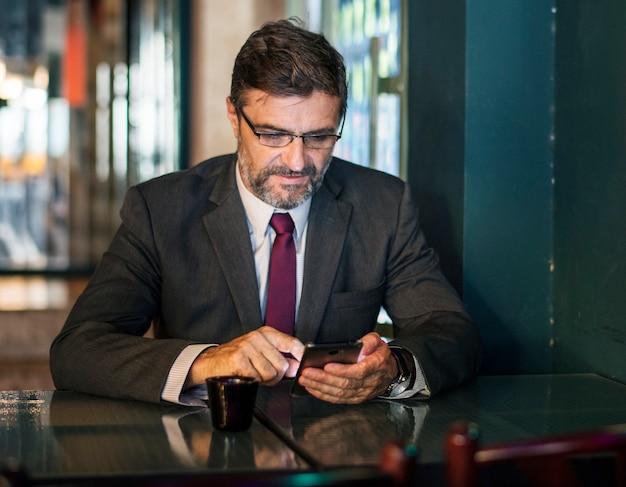 Бизнесмен texting на своем мобильном телефоне