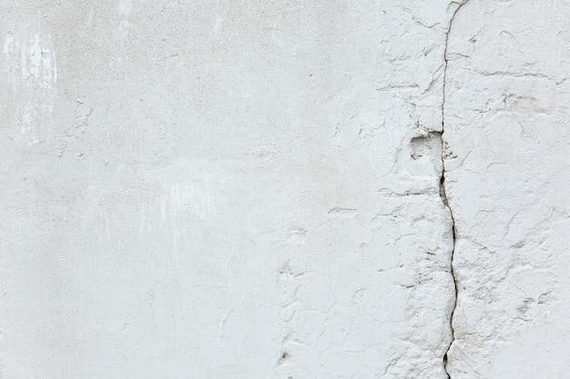 Текстура и фон белая старая бетонная стена с трещиной ремонт и строительство