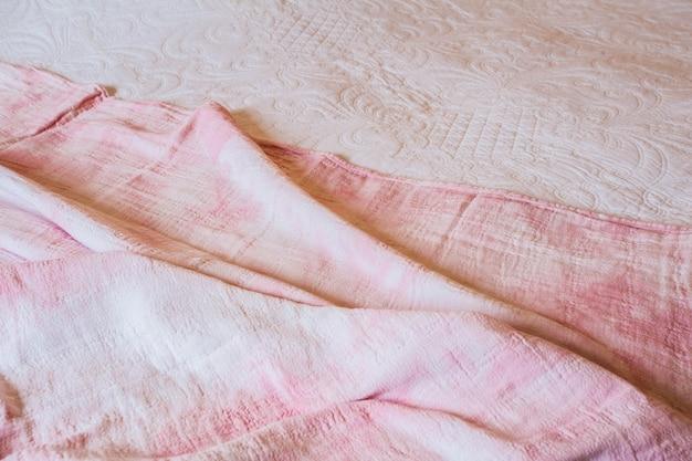 질감, 배경, 패턴입니다. 부드러운 파도가 있는 흰색 분홍색 천 배경 추상은 투명도와 흐름이 필요한 드레스나 정장에 적합합니다. 아름다움