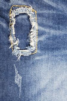 Текстура голубые джинсы порванный джинсовый фон.