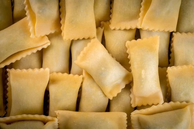 채우기와 질감 클래식 agnolotti 라비올리입니다. 신선한 이탈리아 파스타 라비올리 클로즈업