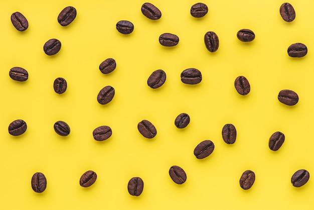 노란색 배경에 질감 커피 콩