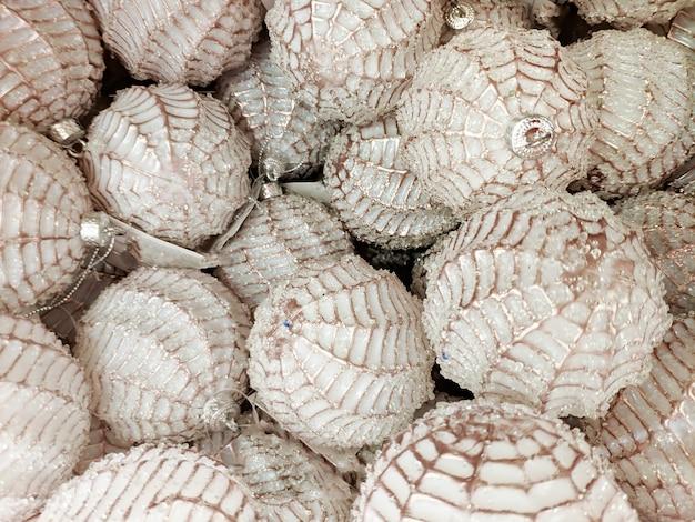 조직. 나무 클로즈업을 위한 새해 장난감입니다. 패턴이 있는 흰색 공