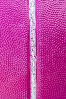 바이올렛 색상으로 농구 공의 질감을 닫습니다.