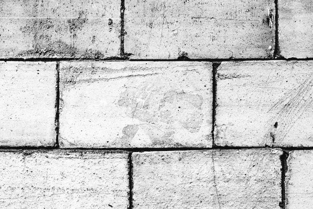 배경으로 사용할 수 있는 균열과 긁힌 자국이 있는 벽돌 벽의 질감