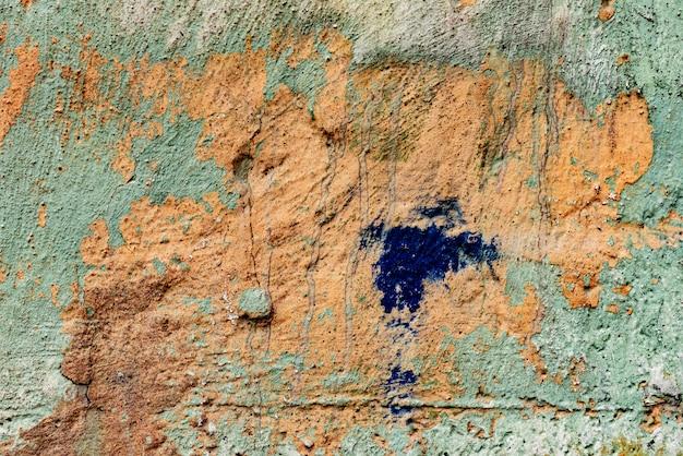 배경으로 사용할 수있는 균열 및 흠집이있는 콘크리트 벽의 질감