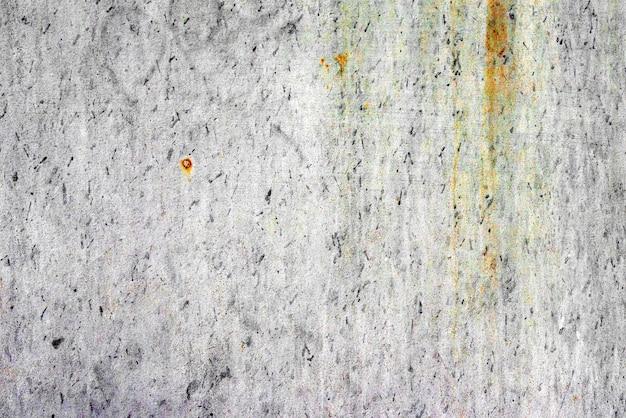 배경으로 사용할 수있는 균열 및 스크래치가있는 금속 벽의 질감