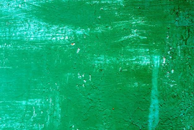 ひびや傷のある金属壁の質感