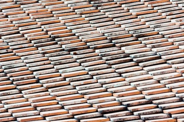 오래 된 지붕 타일 지붕의 질감입니다.