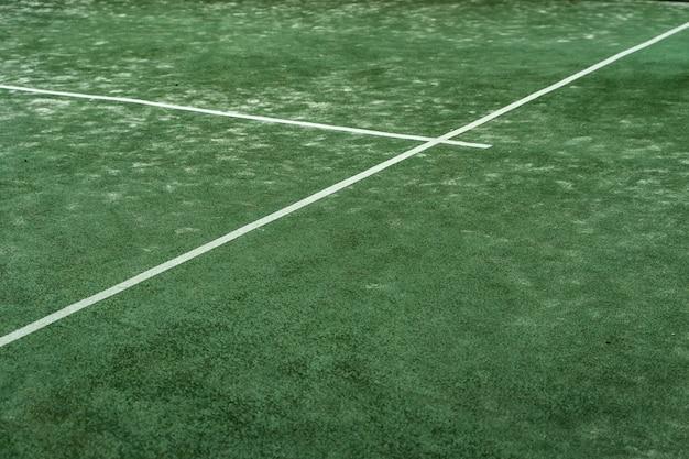 Текстура открытой спортивной площадки, вид сверху падл-теннис, зеленый разрез с белыми линиями