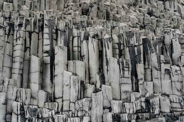 해변에서 현무암 돌의 질감