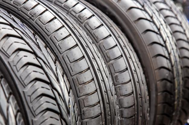 자동차 수리점에 있는 검은색 타이어의 질감을 닫습니다.