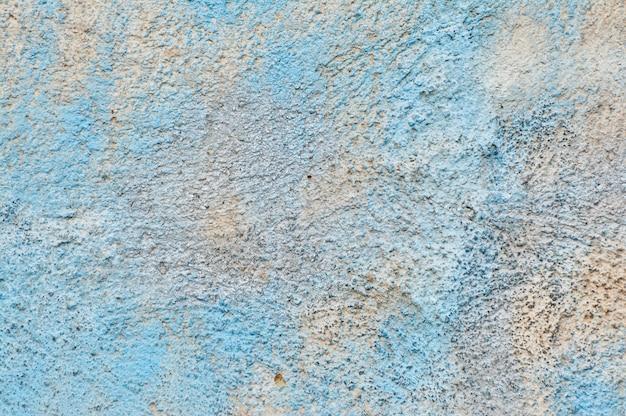 파란색 페인트의 남아와 시멘트 벽의 질감