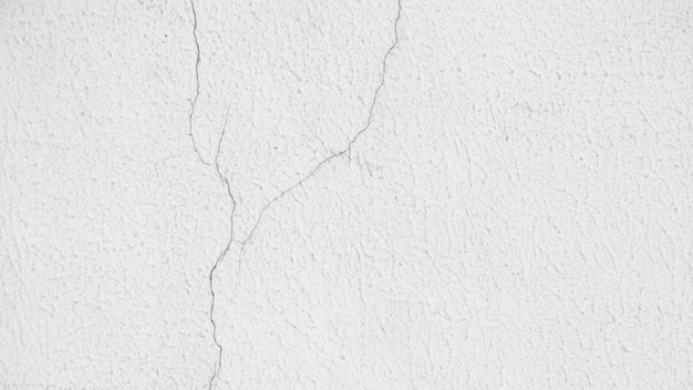 Текстура трещины белой цементной стены