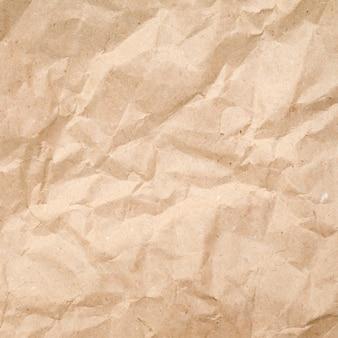 Текстура мятой коричневой бумаги, старый и грубый фон, картон крупным планом