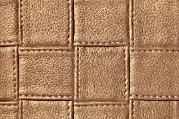 正方形のパターンとステッチ、マクロとダークブラウンの革の背景のテクスチャ。