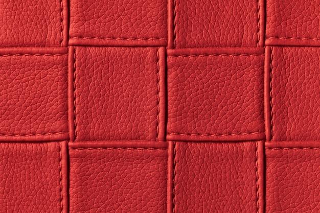 正方形のパターンとステッチで濃い赤革の背景のテクスチャ。