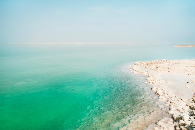 사해의 질감입니다. 짠 바다 해안입니다. 이스라엘. 에인 보케크.