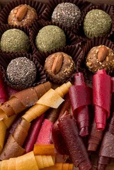 Текстура различных здоровых сладостей без сахара из сухофруктов. сладости и рулетики