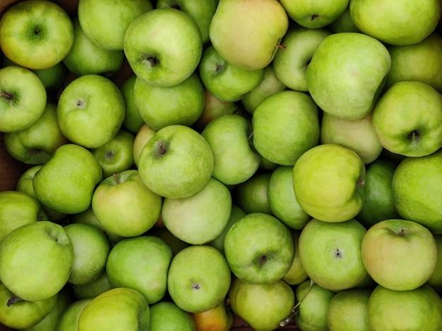 新鮮な緑のジューシーなリンゴ果実のテクスチャ