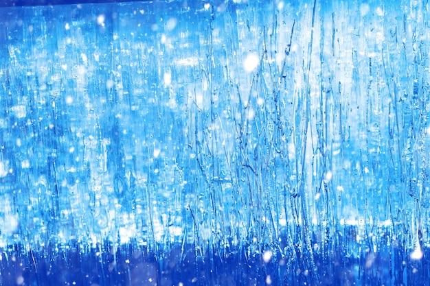 겨울에 얼음의 질감입니다. 겨울에 거리에 얼어붙은 물 조각. 겨울과 야외에서 얼어붙은 물의 질감과 질감.