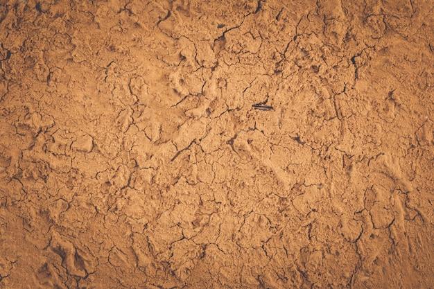 Текстура земли, высохшей от засухи. земля растрескивается на фоне.