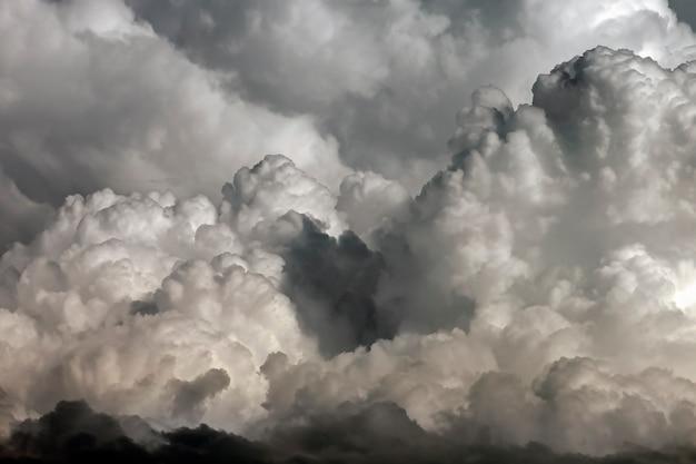 空に大きな雷雨の積乱雲のテクスチャ