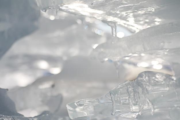 봄날 태양 아래 녹는 얼음의 질감.