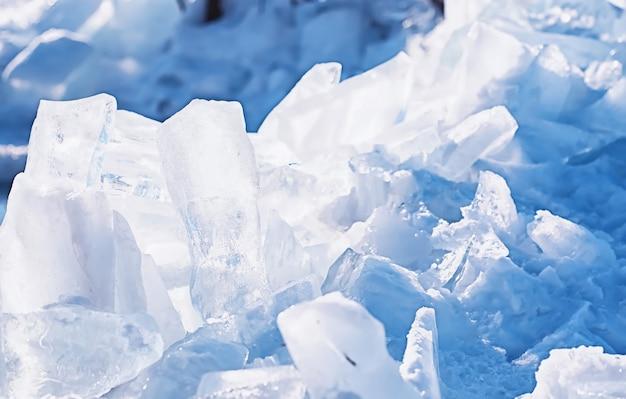 太陽の下で春の日に溶ける氷の質感。