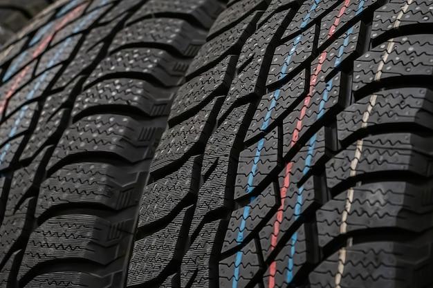 새 자동차 타이어의 질감을 닫습니다.