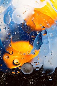 Текстура капель масла на поверхности воды.