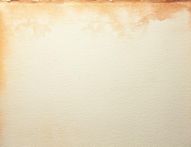 Текстура старой бежевой бумаги с пятном кофе, скомканный фон. поверхность винтаж песок гранж.