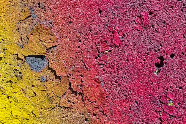 古い汚れたひびの入ったマルチカラーの壁の質感。グランジスタイルの茶色の抽象的な背景。