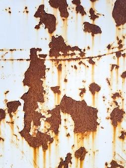 さびとひびの入った白いペンキの背景のビンテージテクスチャの痕跡と古い金属壁のテクスチャ