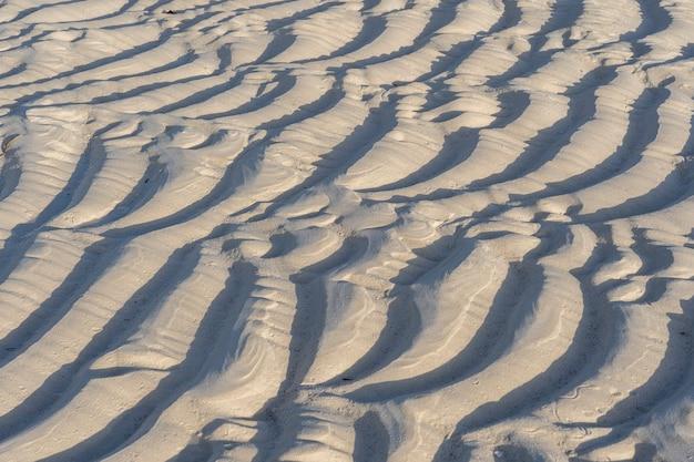 Текстура морского песка во время отлива на тропическом пляже на острове занзибар, танзания, восточная африка
