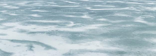 눈보라 후 강에 눈 덮인 얼음의 질감. 겨울 배경