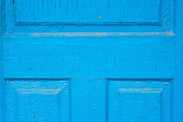 Текстура потрескавшейся поверхности белого мрамора в старой деревянной двери