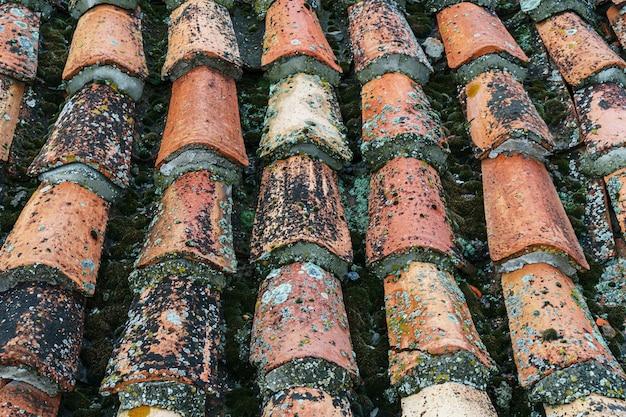 古い瓦屋根の質感