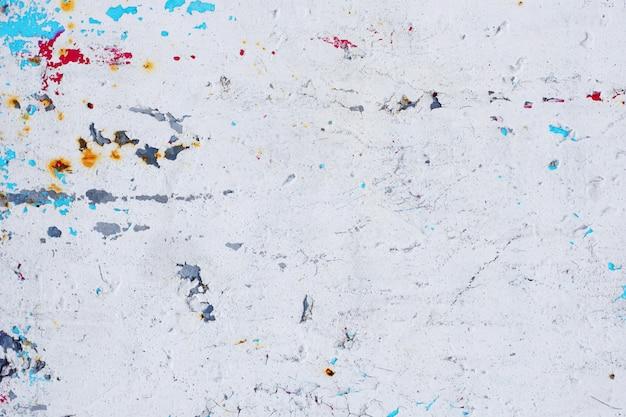 ペイントと錆の多くの層を持つヴィンテージのさびた灰色の鉄の壁のテクスチャ