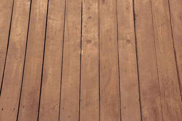 木の板の質感。白いビーチサンダル。