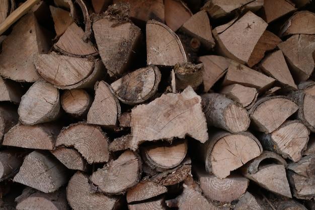 ヒープに横たわっているさまざまなサイズの木の丸太のテクスチャ